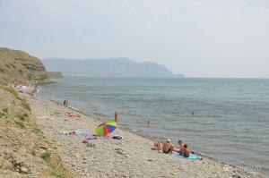 Каменистый пляж на фоне мыса Меганом