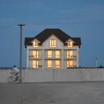 Призрачный дом, отражающий последние лучи солнца