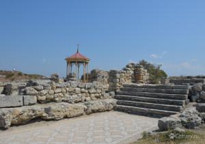 На месте этой беседки по одной из версий крестили князя Владимира, а рядом можно прогуляться по древней мозаике