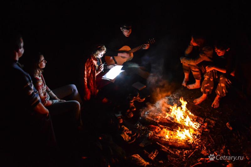 Лунный свет аккордов соревновался в значимости с теплом красного огня