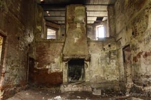 В фехтовальном зале с камином на стенах остались следы от щитов